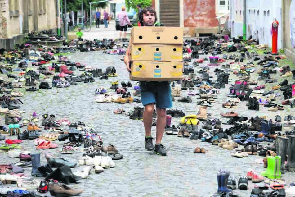 Zum Friedensfest in Ostritz wurde mit 2262 Paar Schuhen an ertrunkene Flüchtlinge in einer Kunstaktion erinnert.