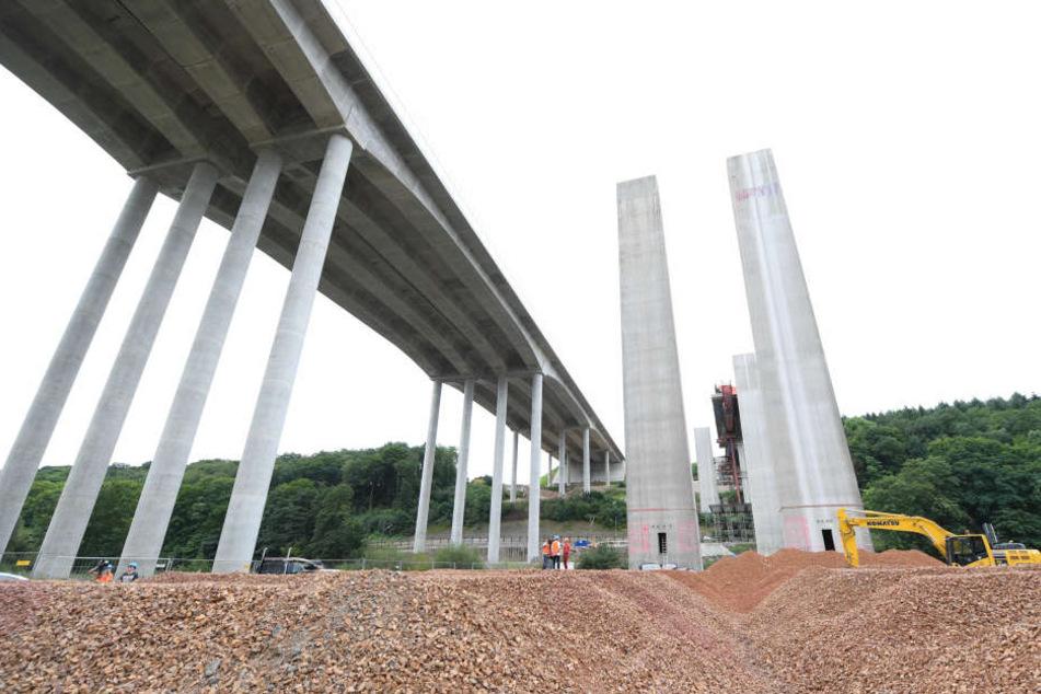 Neben der neuen Überquerung (links) ragen die Pfeiler der alten Lahntalbrücke in die Luft.