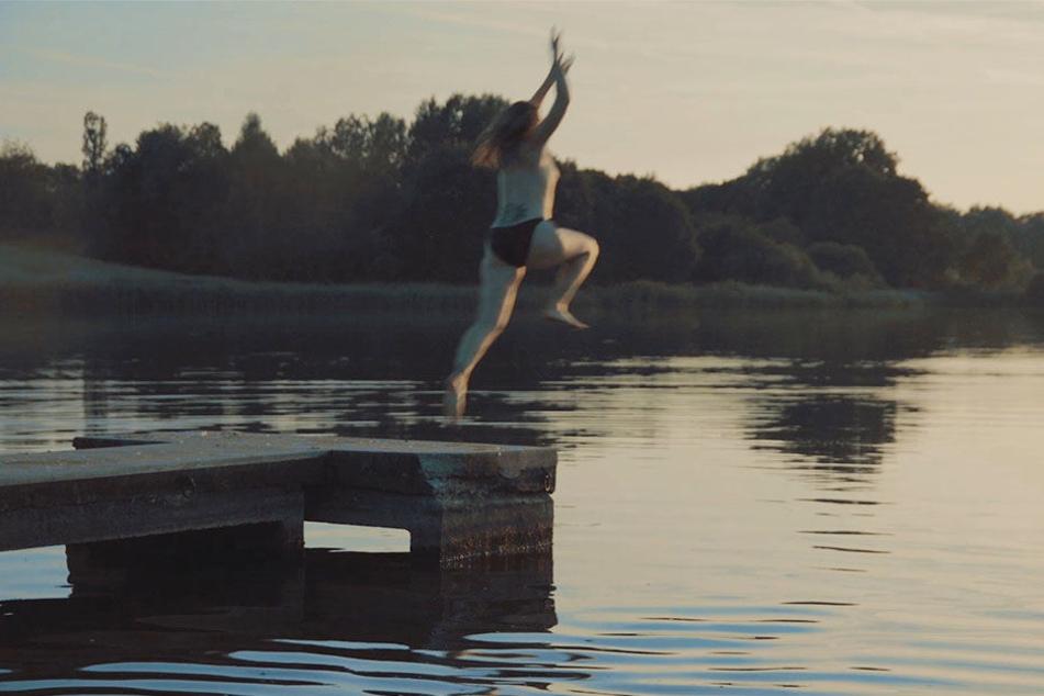 Am Ende springt Silvana fast nackt in den Fluss.