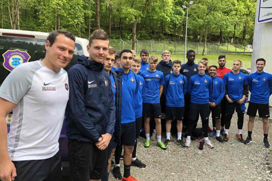 """Marc Hensel (l.) mit seiner Auer """"U19"""". Die ist in der Regionalliga beheimatet und liegt derzeit auf Rang vier. Neben Hensel steht Aues Juwel Paul Horschig, ebenfalls ein Dresdner."""