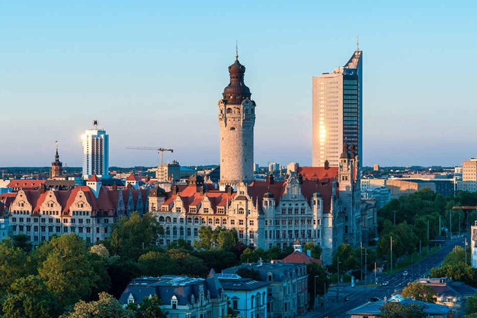 Das Neue Rathaus am Rande des Zentrums. Im Hintergrund: Der Uni-Riese.