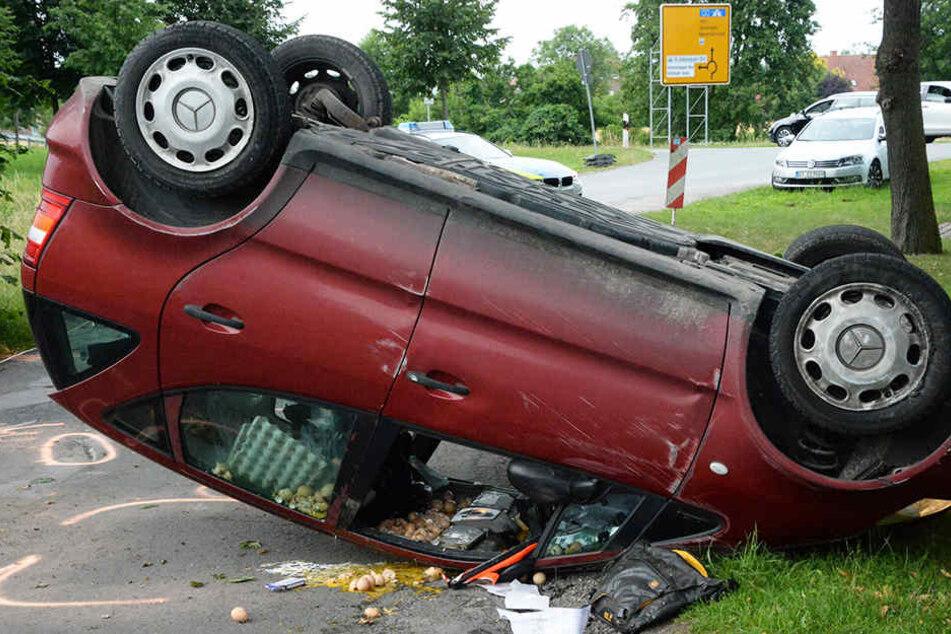 Der Mercedes krachte erst gegen einen Baum und überschlug sich dann, bevor er auf dem Dach liegen blieb.
