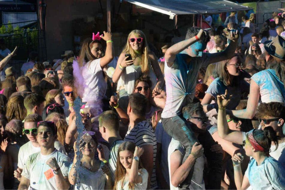 So ausgelassen feierte die Menge das Fest der Farben.