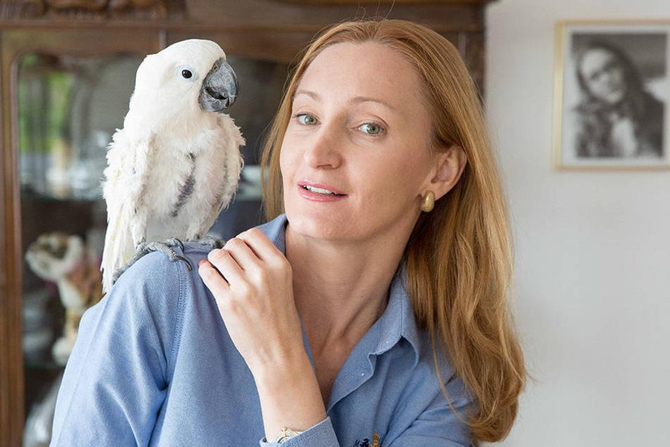 Sind schon ziemlich beste Freunde: Olga Kratka hat sich des arg lädierten  Kakadus angenommen.