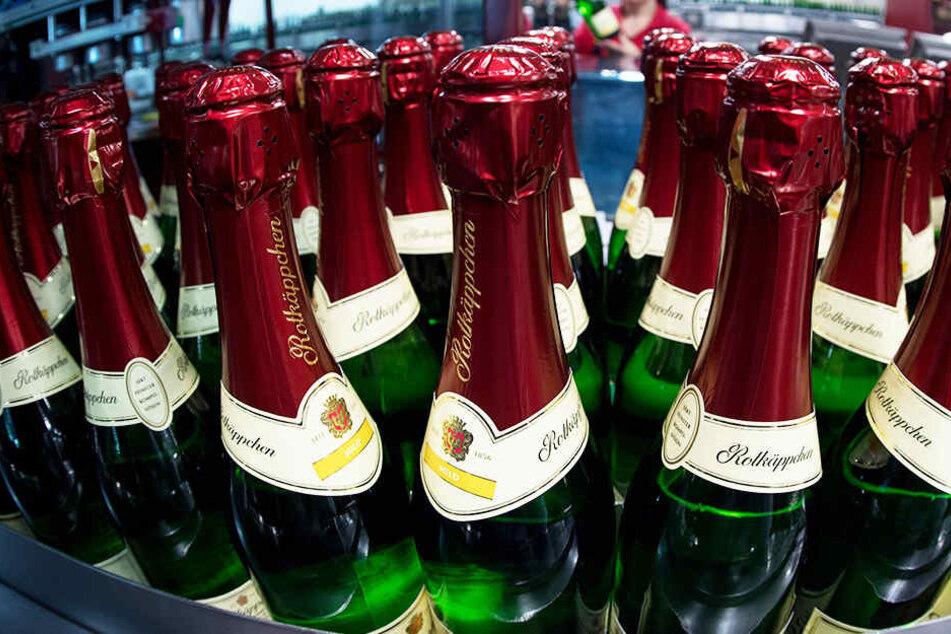 Die gefundene Sektflasche ist ei Vorläufer des heutigen Rotkäppchen-Sekts.