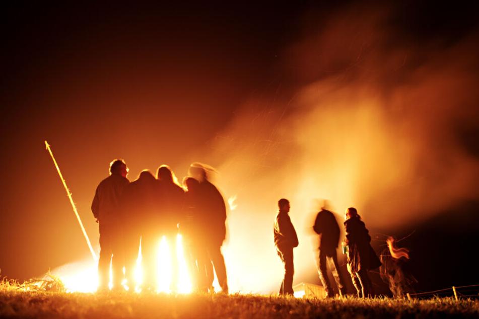 Zahlreiche Menschen sind bei Schöffelding (Bayern) um ein Osterfeuer zu sehen. (Archivbild)