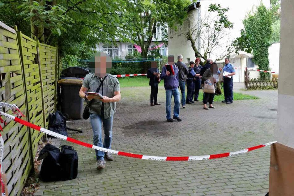 Die Mordkommission inspiziert den Innenhof. Dort wurde der schwer verletzte Mann gefunden.