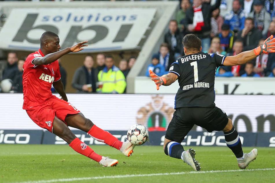 Kölns Stürmer Serhou Guirassy scheitert mit seinem Schuss in der 17. Minute an Bielefelds Keeper Stefan Ortega.