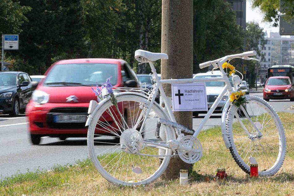 """Mittlerweile erinnert ein """"Geisterrad"""" an die tote Radfahrerin."""