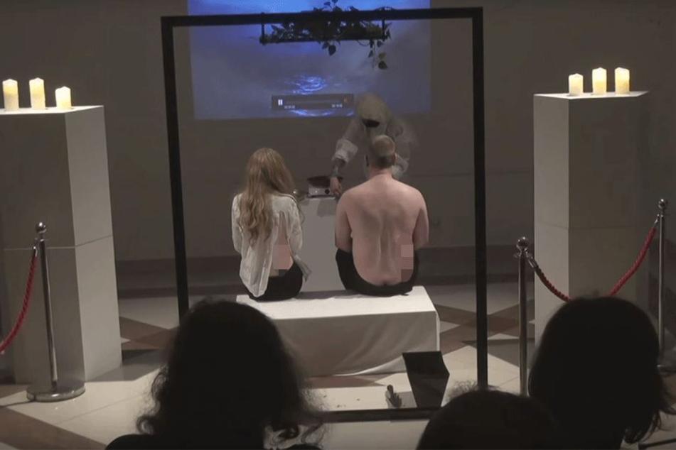 Beiden Personen der Performance wurde ein Stück Fleisch aus dem Rücken geschnitten.