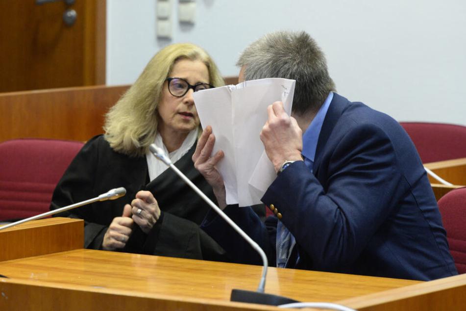 Der Angeklagte spricht mit seiner Strafverteidigerin Irene Schäfer im Landgericht vor dem Auftakt seines Prozesses (Archivbild).