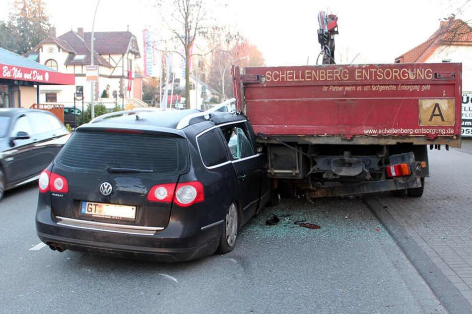 Mit der Beifahrerseite krachte der 22-Jährige in den geparkten Lkw.