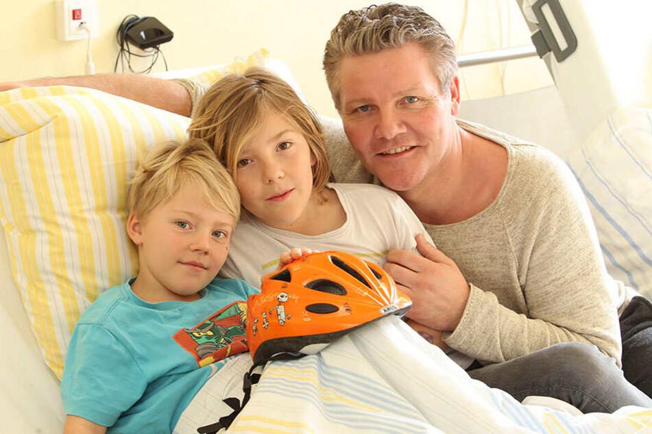 Ende gut, alles gut: Wilhelm (7), Johannes (10) und Michael Beurich (47) im Krankenhaus.