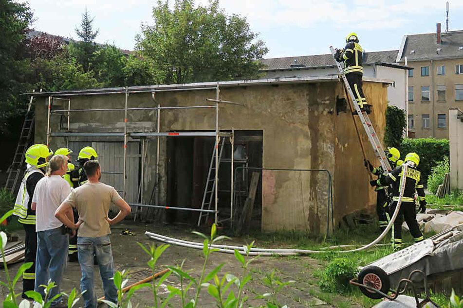 Das Schuppendach ist am Montagmorgen in Brand geraten.