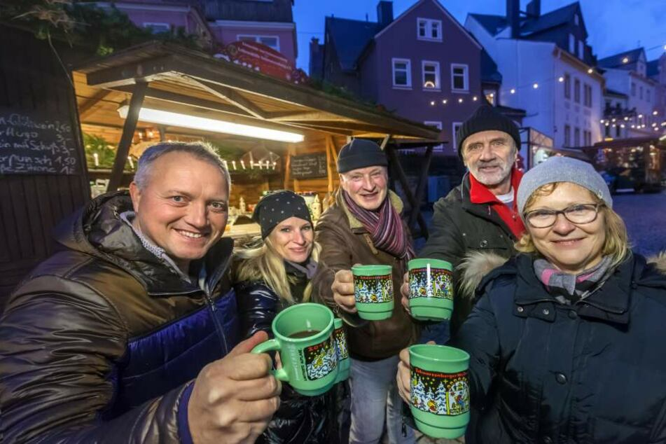 Der Lions Club Schwarzenberg lädt Promis auf den Weihnachtsmarkt, um Spenden  für die Lebenshilfe zu sammeln.