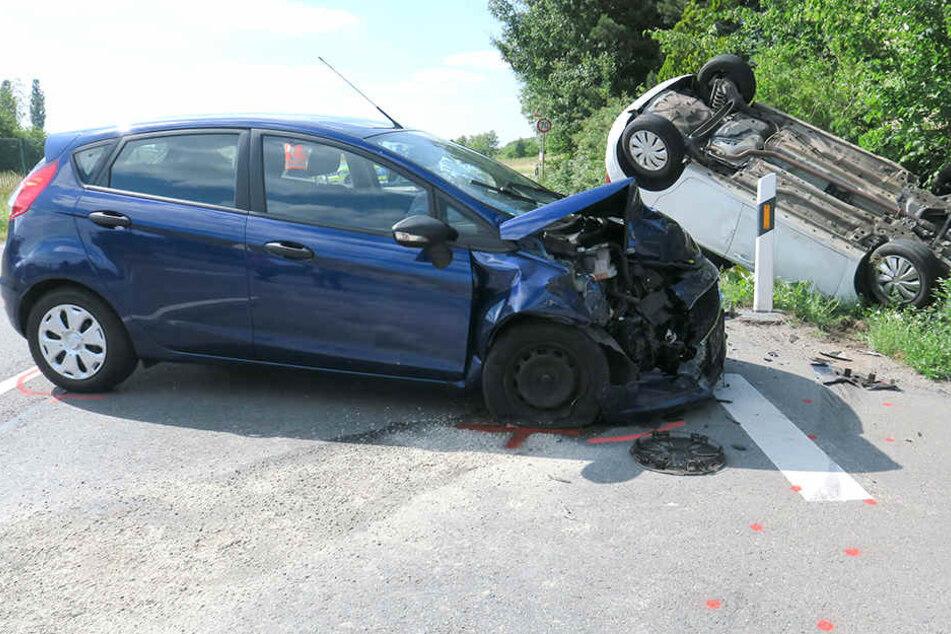 Crash beim Abbiegen? Drei Schwerverletzte bei Unfall