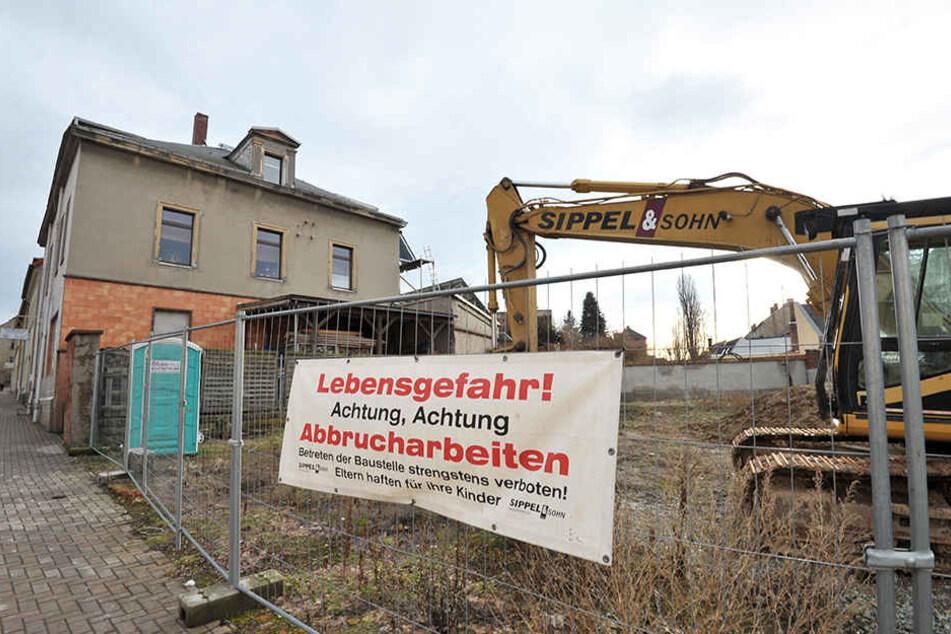 """In Frankenberg ist der Abriss des ruinösen Wohngebäudekomplexes an der Altenhainer Straße noch im Gange. """"Im alten Laden im Erdgeschoss hing noch ein Plakat zur 800-Jahr-Feier der Stadt."""