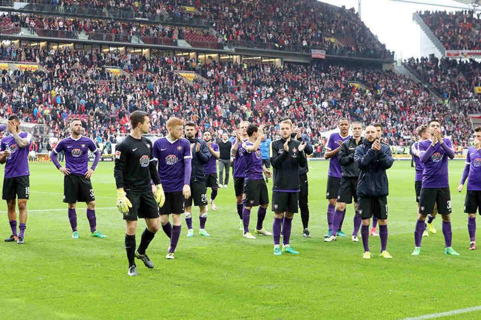 Die Fans sind eine Macht, gerade im Abstiegskampf! Nach Stuttgart begleiteten 3000 Anhänger die Auer Mannschaft, feierten die trotz der Niederlage noch lange nach dem Abpfiff.