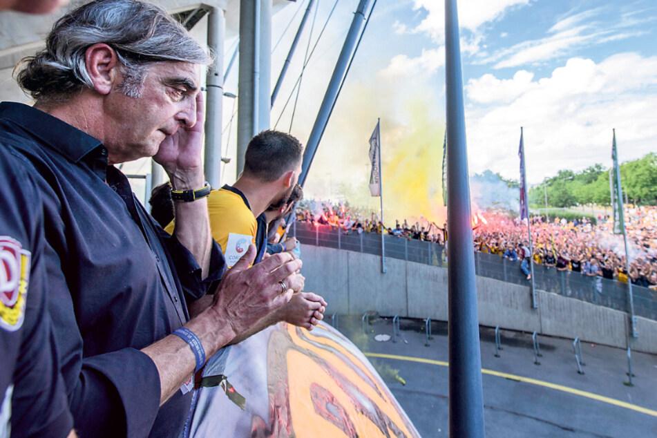 Ralf Minge war von der Verabschiedung durch die vielen Dynamo-Fans tief bewegt, musste sich immer wieder die Tränen aus den Augen wischen.