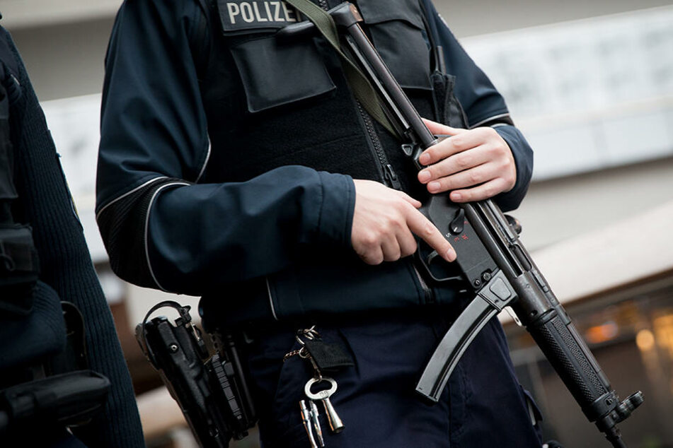 Ein Bundespolizist wacht über den Berliner Hauptbahnhof. (Archivbild)