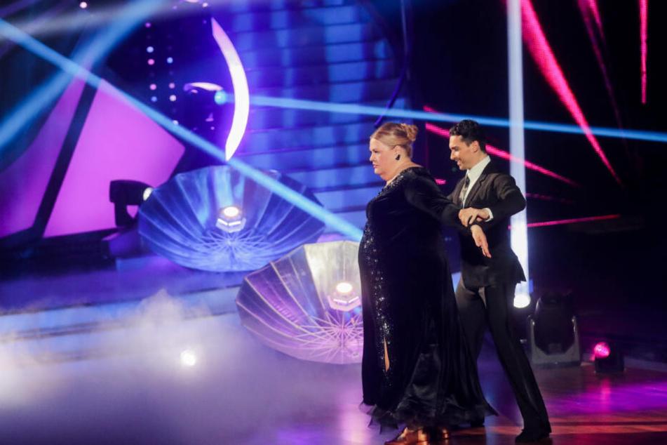 """Ilka Bessin, Komikerin, und Andrzej Cibis, Profitänzer, tanzen in der RTL-Tanzshow """"Let's Dance"""" im Coloneum."""