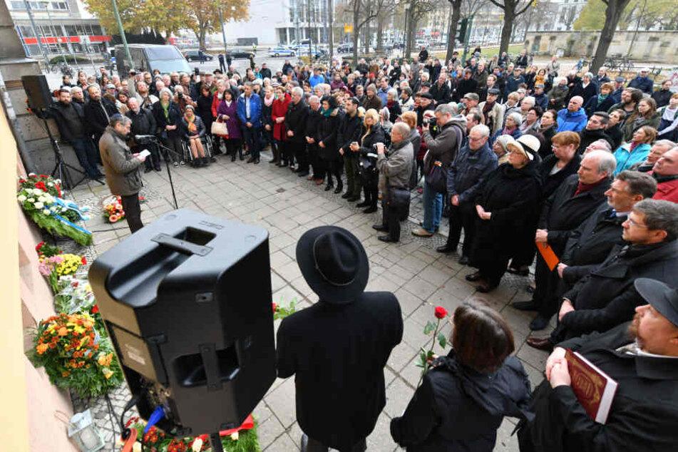 Am Gedenkstein des ehemaligen Jüdischen Bethauses gedenken Potsdamer der Opfer der Pogromnacht von 1938.
