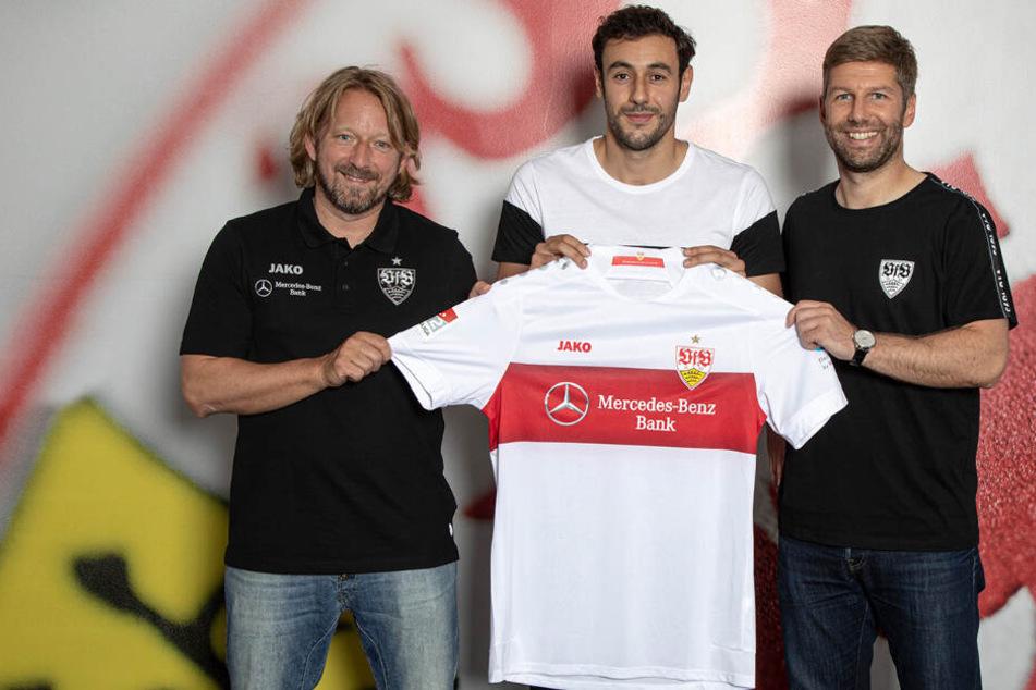 VfB-Sportdirektor Sven Mislintat, Neuzugang Hamadi Al Ghaddioui und VfB-Sportvorstand Thomas Hitzlsperger (v.l.n.r.).