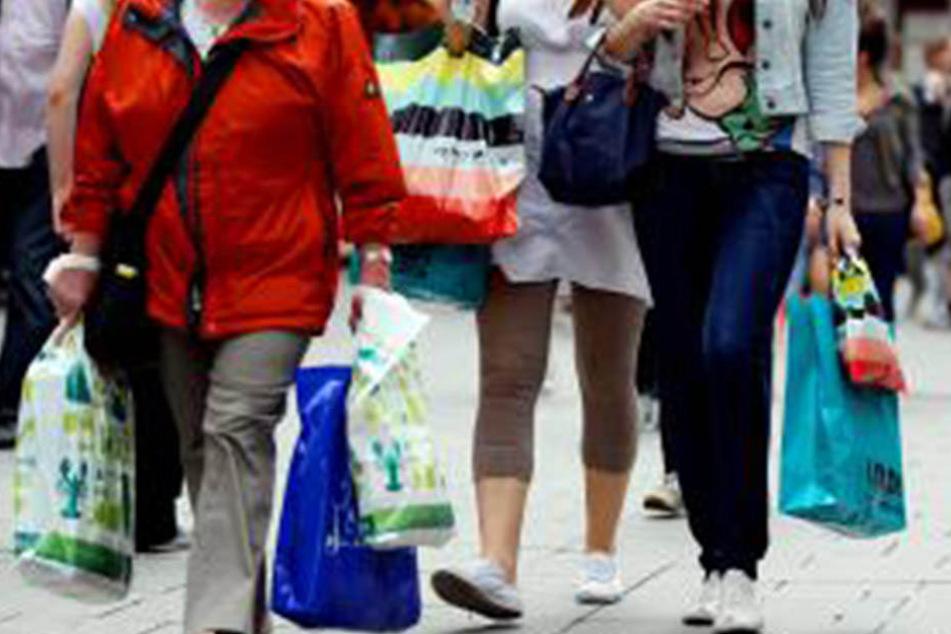 Shopping an Sonntagen sorgt regelmäßig für volle Innenstädte. (Symbolbild)