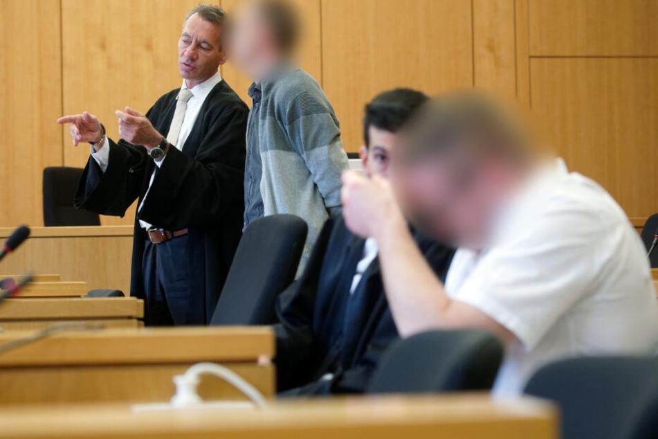 Die Angeklagten und ihre Anwälte Martin Mörsdorf (hinten) und Kubilay Seçme (vorn) beim Prozessbeginn im Landgericht (Archivbild).
