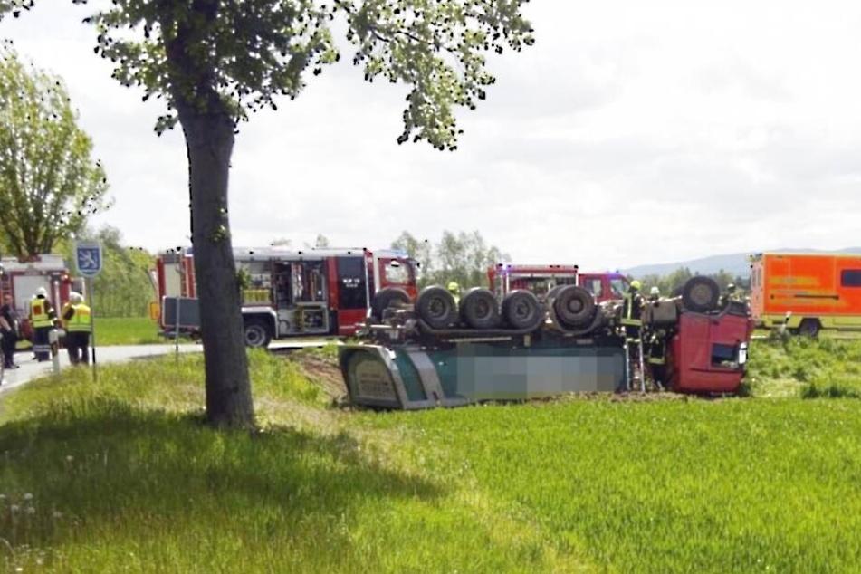 Fahrer will Crash verhindern und überschlägt sich mit Sattelzug
