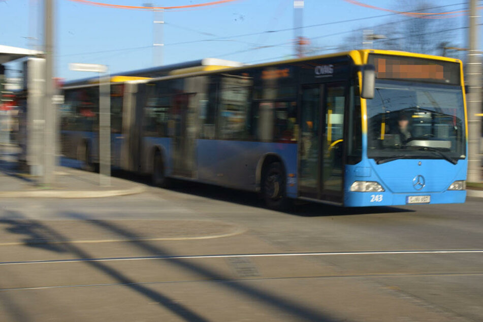 Zwei Männer attackierten in Chemnitz einen Busfahrer und mehrere Fahrgäste. (Symbolbild)