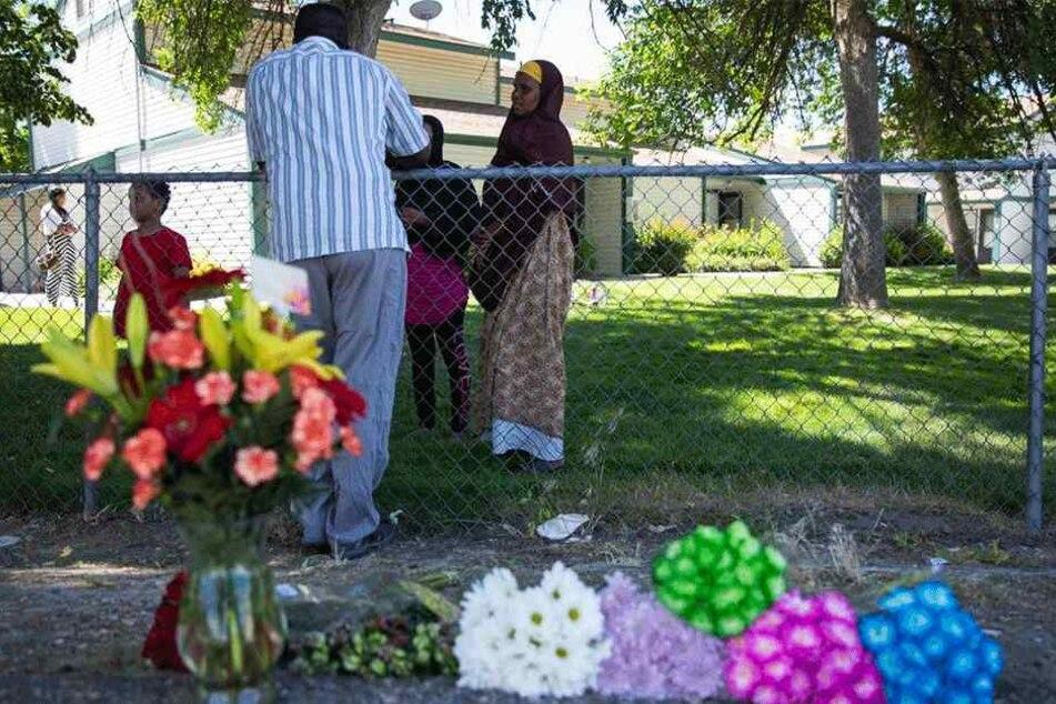 Blumen liegen in der Nähe des Apartmentkomplexes, in dem es zum Messerangriff kam.