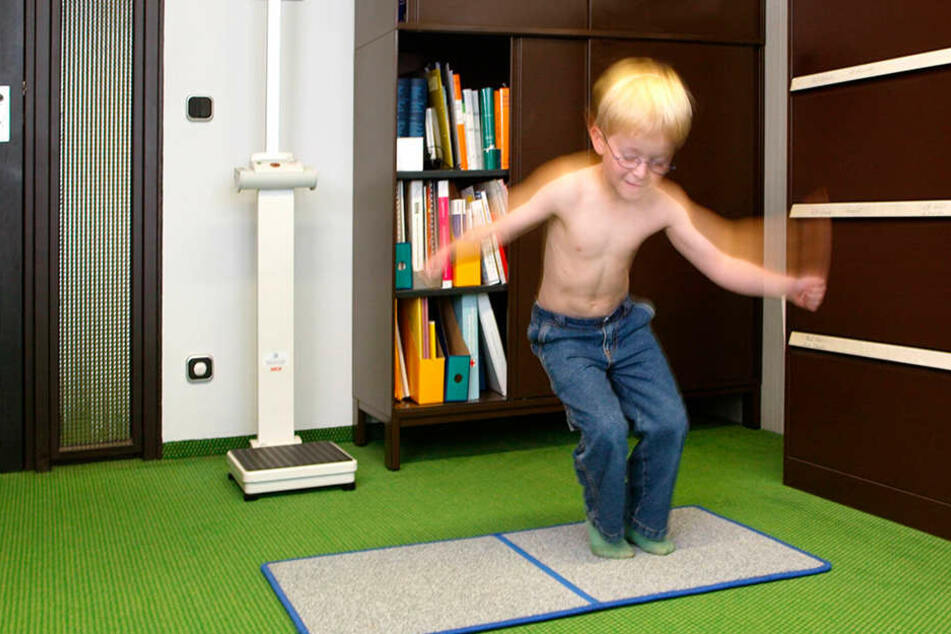 Auch die Beweglichkeit der Kinder wird bei der Einschulungsuntersuchung getestet.