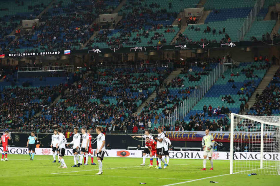 Sperrlich besetzte Tribünen in der Leipziger Redbull-Arena.