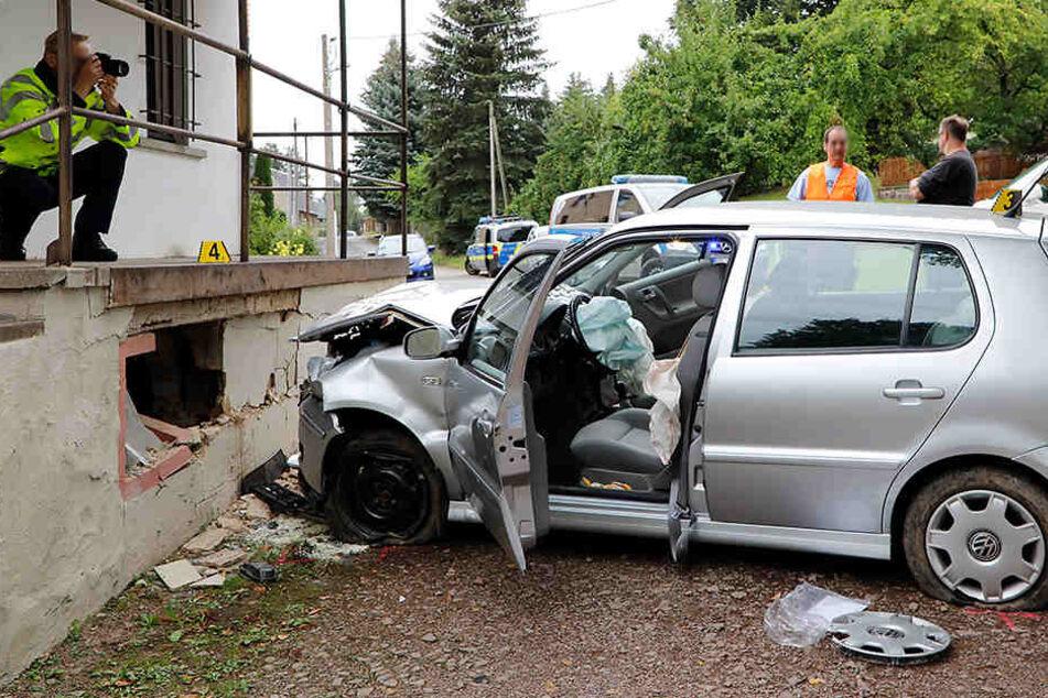 Sowohl am Auto als auch an der Wand entstand ein erheblicher Schaden.