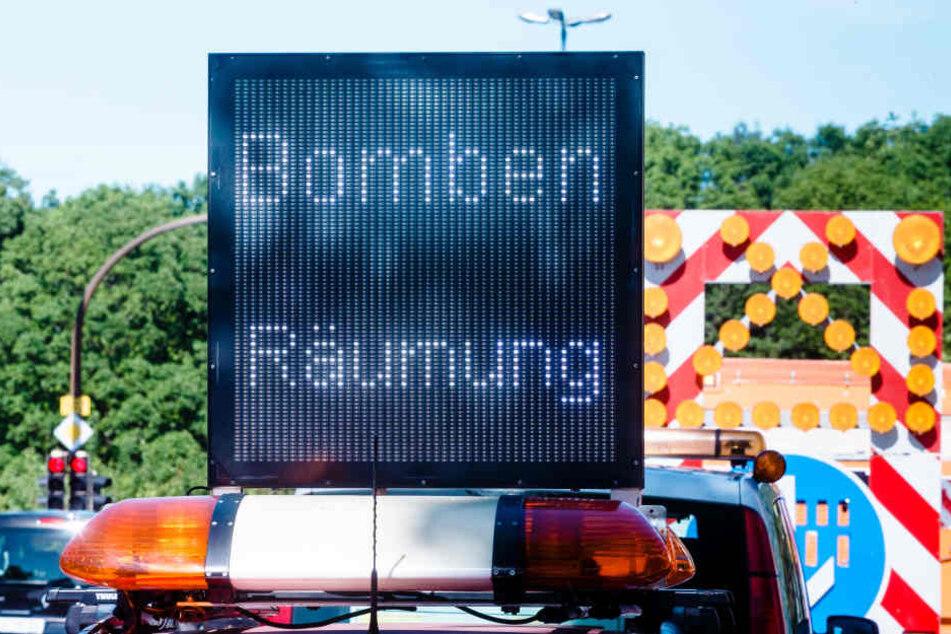 Eine Hinweistafel weist auf eine Bombenräumung hin. (Symbolbild)