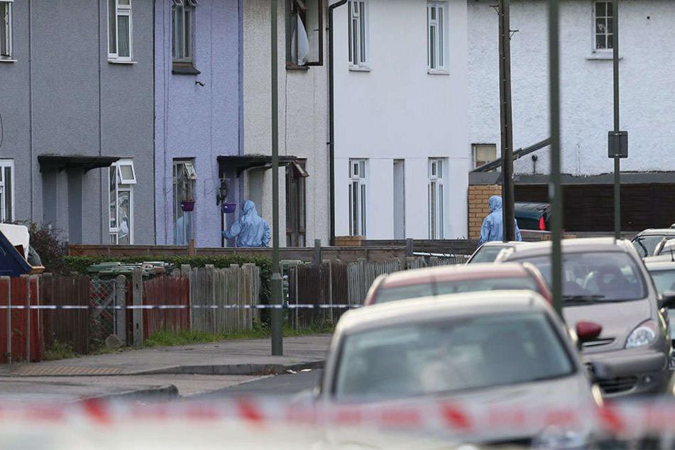 Eine tote 27 Jahre alte Frau wurde in einer Wohnung gefunden. Die Polizei nahm den Ehemann fest.