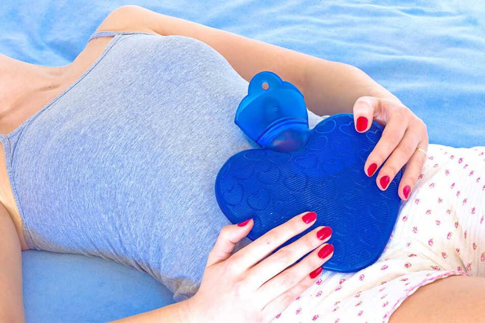 Viele Ärzte raten zur Wärmflasche gegen die Schmerzen.