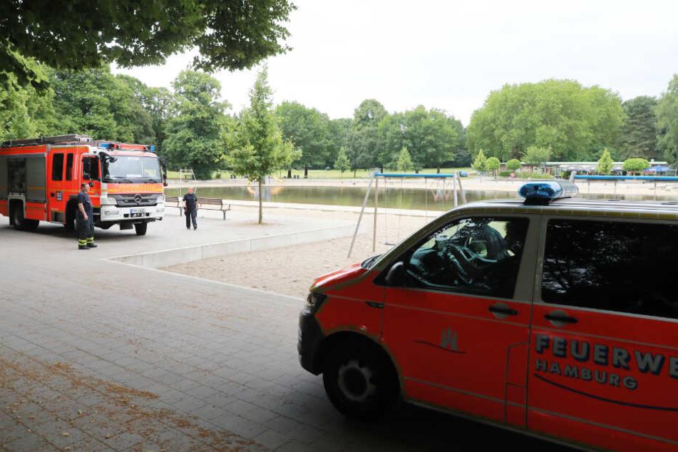 Feuerwehrfahrzeuge stehen am Planschbecken im Stadtpark.