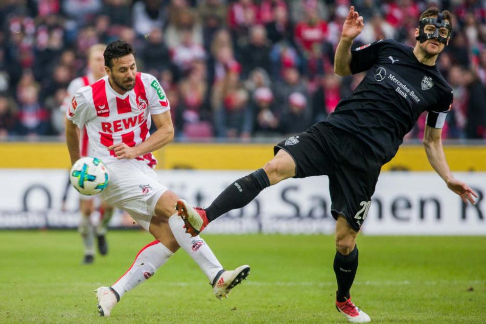 Kölns Claudio Pizarro (l.) und Stuttgarts Christian Gentner versuchen an den Ball zu kommen.