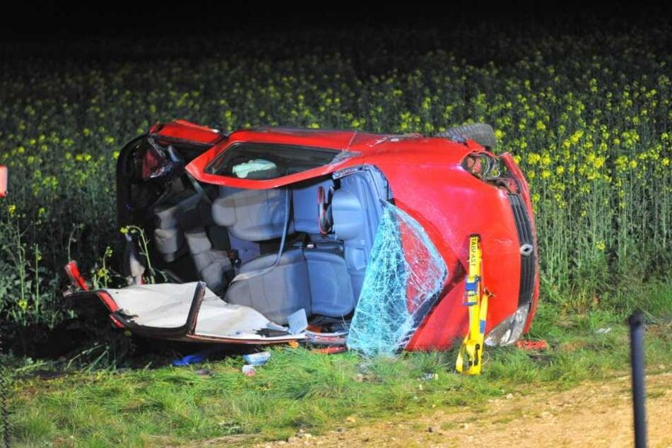 Der Renault landete nach dem Zusammenstoß auf der Seite in einem Feld.