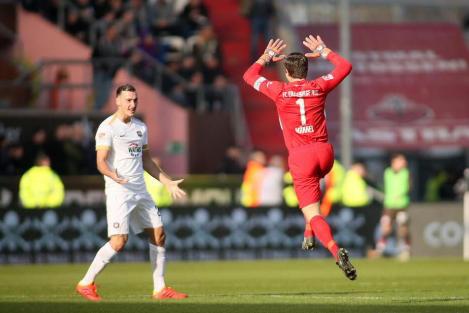 Nach dem Treffer zum 2:1 für den FCE jubelt Dominik Wydra (l.) mit Torhüter Martin Männel.