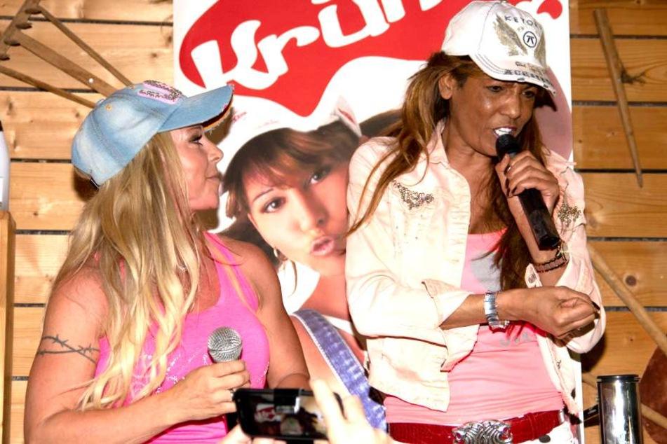 Die Entertainerin bei einem Auftritt in Krümels Stadl mit Freundin und Inhaberin Marion Pfaff im Mai.