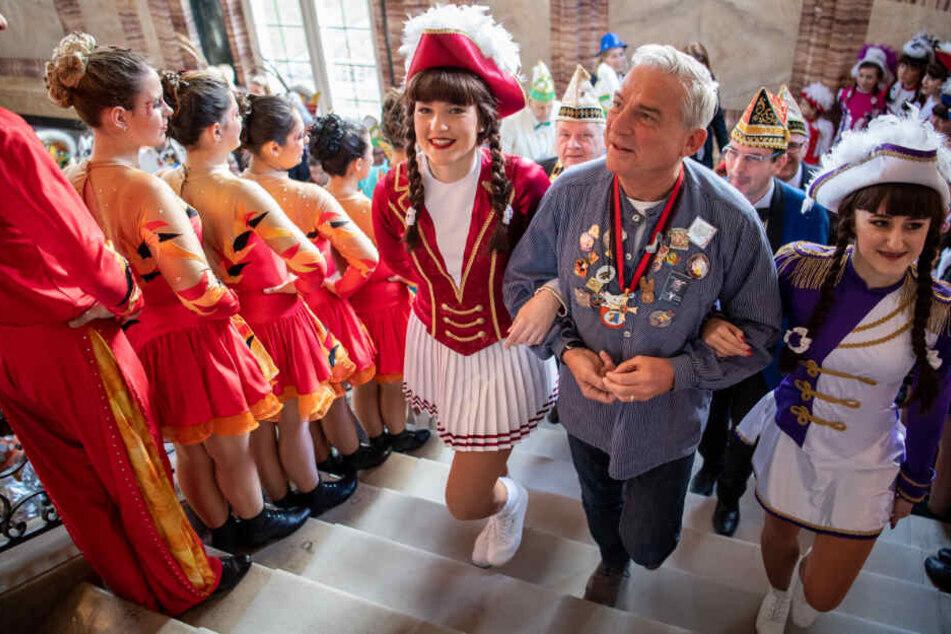 Strobl kommt mit zwei Tanzmariechen zum Narrenempfang ins neue Schloss.