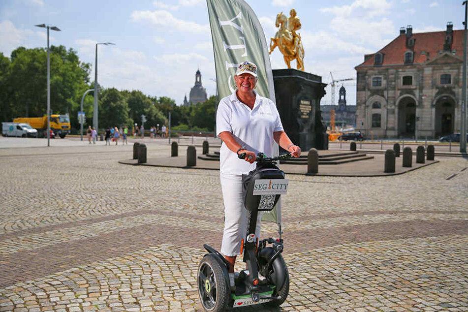 Mit der Kraft der zwei Räder: Carola Klapper führt Touristen per Segway durch Dresden.
