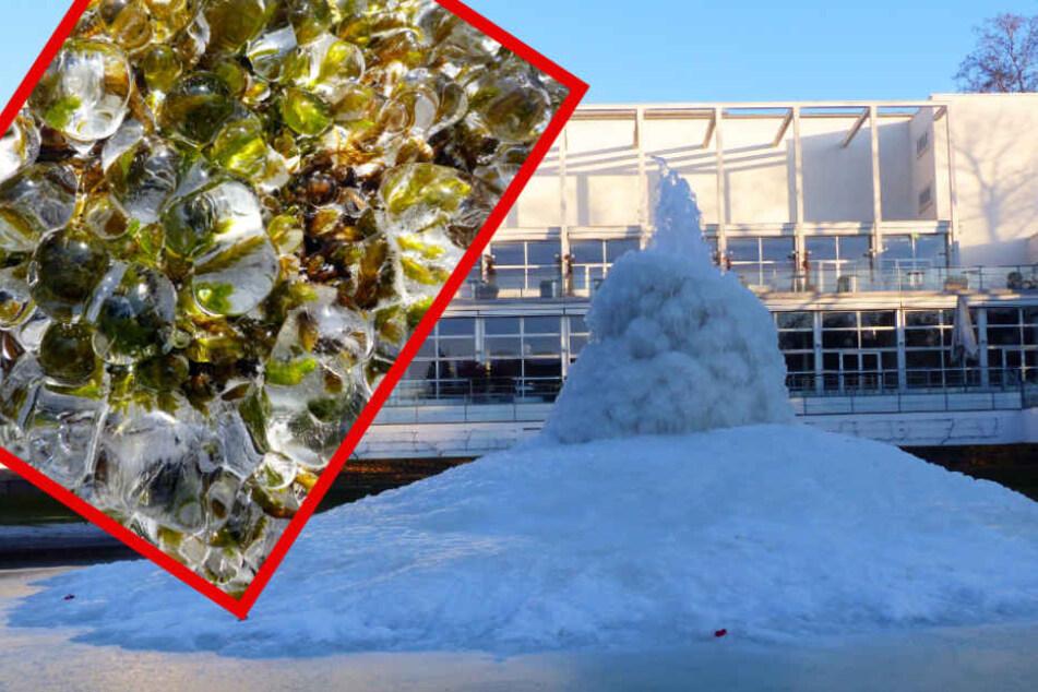 Die Fontäne vor dem Gesellschaftshaus ist nahezu vollständig eingefroren.