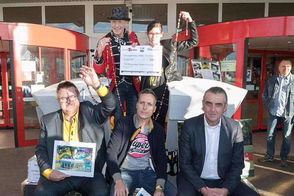 Christoph Fröse, Wolle Förster und Sven Schröder (v.l.) ersteigerten das  Stadionmodell. Ex-Kicker Ralf Minge (r) freut sich über die Nachwuchsförderung,  Annalena über Geld für Mutperlen.