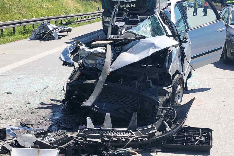 Auf der Autobahn 8 in Bayern ist es zu einem schweren Verkehrsunfall gekommen.