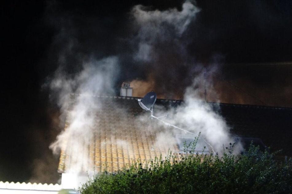 Rauch steigt aus dem Haus auf.