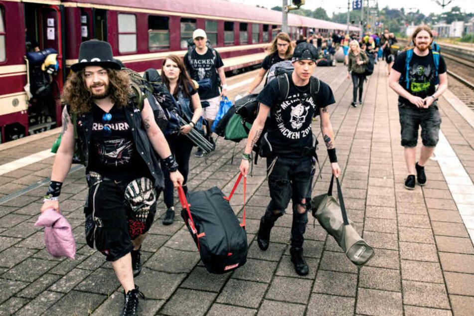 """Rund 800 Metalfans machten sich mit dem """"Metal-Train"""" auf den Weg nach Wacken."""